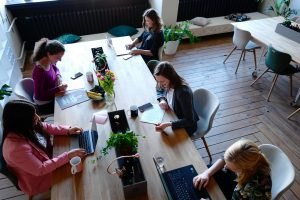 Mujeres trabajando oficina recurso