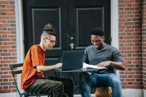 Chicos jóvenes recurso ordenador
