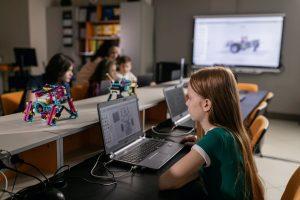 Niño niña recurso colegio robot ordenador